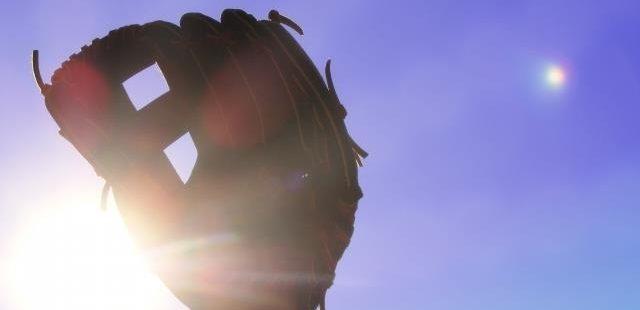 野球グラブと太陽