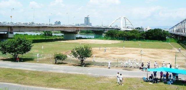 河川敷での野球試合
